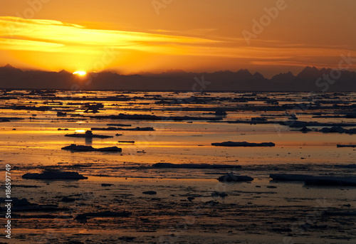 Poster Poolcirkel Midnight Sun in the Arctic Ocean