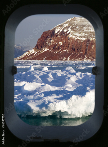 Poster Poolcirkel Arctic scenery through a ships porthole