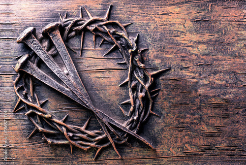 Fotografia Crown of thorns and nails engraved on stone