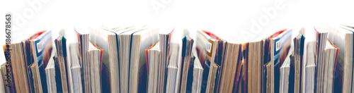Fotografiet Revistas y libros sobre fondo blanco.Entretenimiento y lectura.