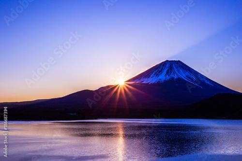 Fuji i jezioro Motosu o świcie