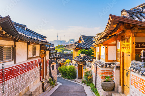 Autocollant pour porte Seoul Sunrise of Bukchon Hanok Village in Seoul, South Korea