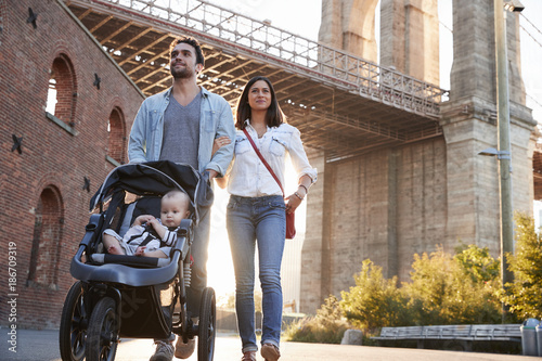 Photo  Young family with a daughter taking walk on street, close up