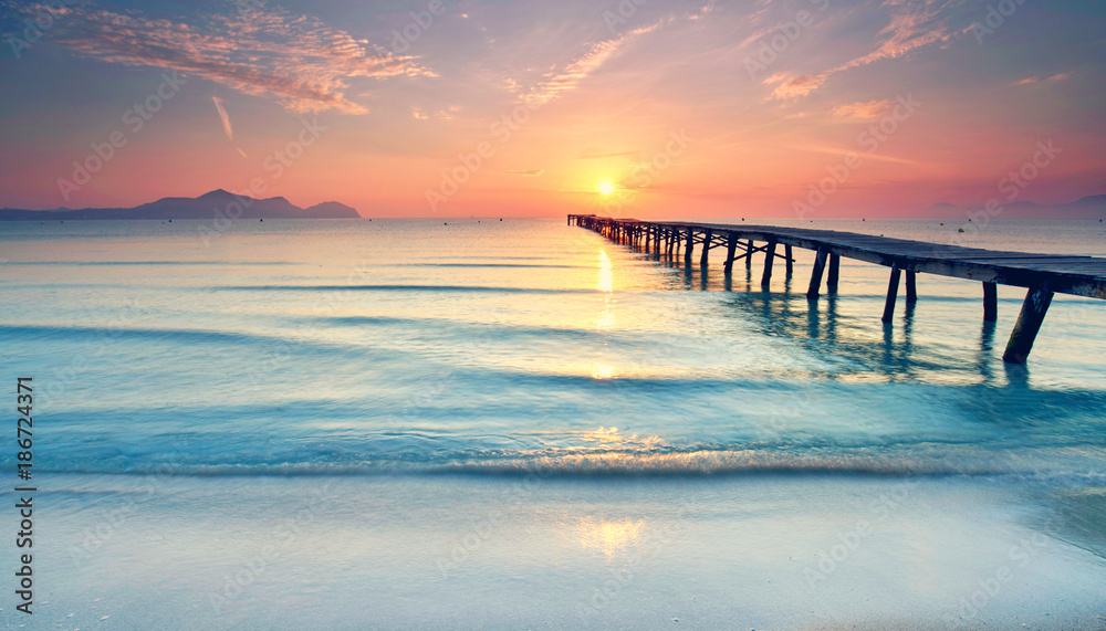 Fototapety, obrazy: Długa promenada na plaży o zachodzie słońca