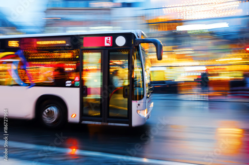 Fotografie, Tablou driving bus in the city at night