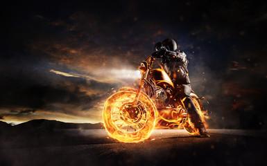 Ciemny motorbiker zostaje na płonącym motocyklu w zmierzchu świetle
