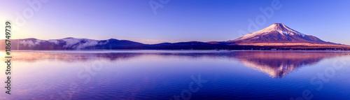 富士山と山中湖の逆さ富士