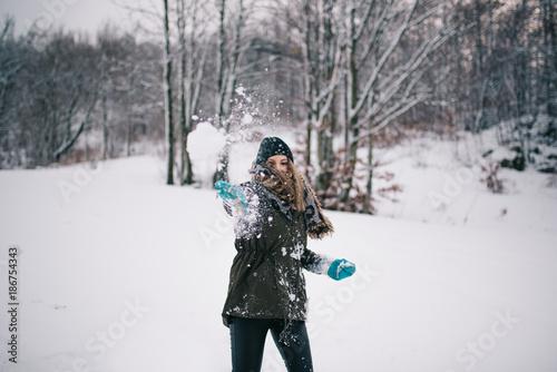 Obraz na plátně Throwing snowball