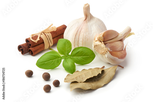 Foto op Canvas Kruiden 2 Basil leaf with garlic and cinnamon, close-up, isolated on white background.