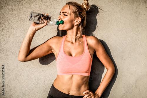 Fotografie, Obraz  workout Fitness Frau trinkt Wasser