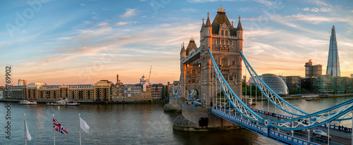 Montage in der Fensternische London Tower Bridge panorama during sunset