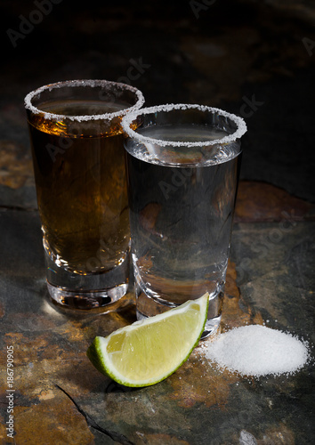 Foto op Plexiglas Bar Mexican gold and silver tequila with lime and salt
