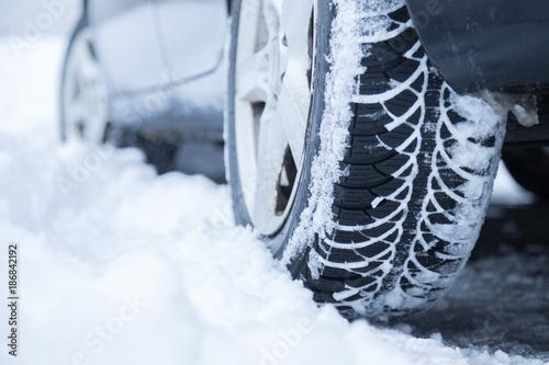 Valokuva  Winterreifen mit Schnee im Profil, Winter