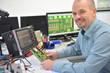 Ingenieur in der Entwicklungsabteilung eines elektronikkonzerns sitzt am Schreibtisch