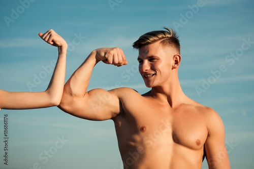 Fotografía  Man with strong hand biceps, triceps smile at female hand