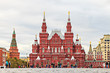 Aufnahme des historischen Museums in Moskau fotografiert aus der Bodenperspektive tagsüber bei bewölktem Himmel im Oktober 2014