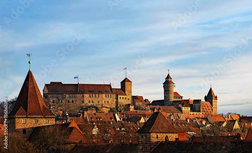 Foto op Plexiglas Kasteel Blick auf die Nürnberger Burg bei Sonnenaufgang von Südwesten