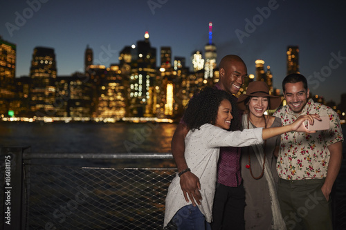 Valokuva  Group Of Friends Posing For Selfie In Front Of Manhattan Skyline