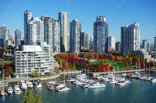Naklejka premium Jesienny krajobraz false creek w centrum Vancouver, BC, Kanada