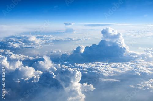 Photo Bulutların üzerinden kuşbakışı