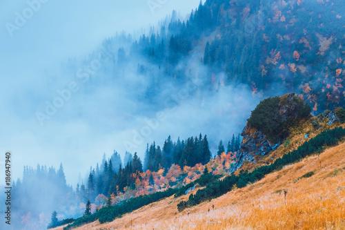 mglisty-gorski-krajobraz-z-chmurami-nad-szczytami