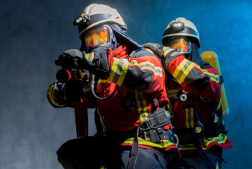 Strażacy w gaszeniu pożarów z PA, płomienie odbite w respiratorach