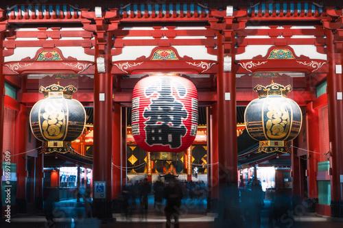 In de dag Bedehuis People walking around the gate of Senso-ji temple, Asakusa, Japan.