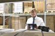 Gesachäftsmann einer Spedition im Lgistiklager (logistik,Versand,Lagerhalle,Lieferung,Business,Termin, Transportwesen)