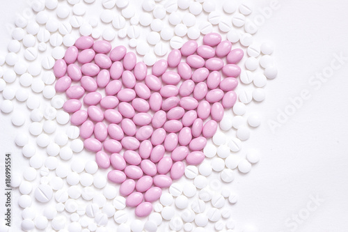 Poster Apotheek Pink heart shaped of pills in between white tablets