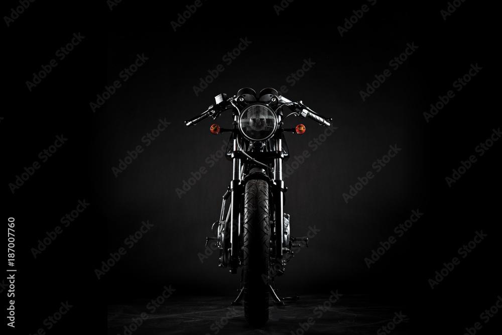 Fototapeta Motorrad caferacer im studio vor schwarzem hintergrund