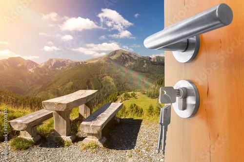 Fotografie, Obraz  offene Tür mit Ausblick auf die Berge