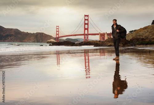 Keuken foto achterwand San Francisco bel homme face au Golden Gate bridge