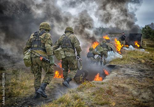 Valokuvatapetti wojsko, armia, ćwiczenia wojskowe, napalm, NSR, Narodowe Siły Rezerwy, poligon,