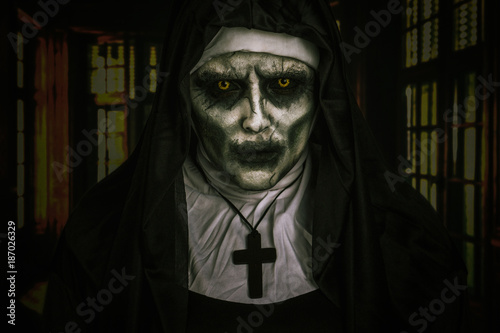 Demon Nun Fototapet