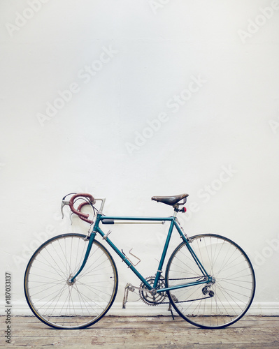 Tuinposter Fiets Blue vintage bicycle