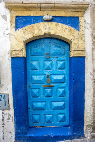 Poster Smal steegje Blaue Tür in Essaouira