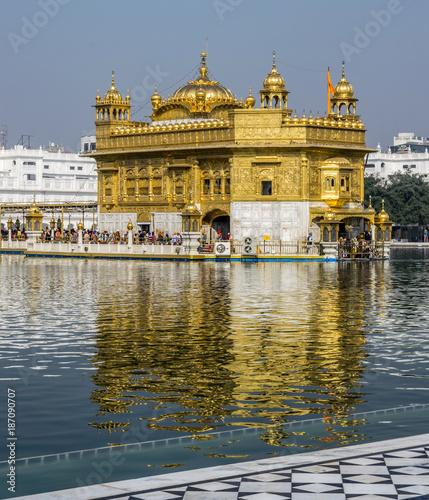 Staande foto India Golden Temple, Sikh Gudwara in Amritsar, India. .Reflections on sacred pond of Harmandir Sahib, holiest shrine of the Sikh religion. Famous Indian landmark on sunny day.