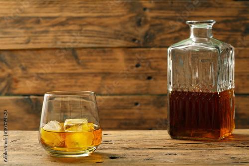bevanda alcolica bicchiere con wisky o wiskey su sfondo di legno rustico Wallpaper Mural