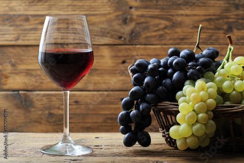 Leinwand Poster Glas Rotwein auf rustikalem Hintergrund