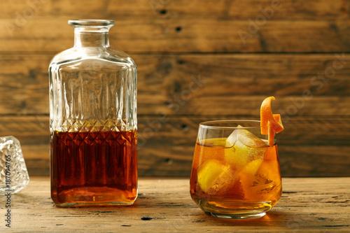 Photo  cocktail con wiskey e arancia su tavolo di legno rustico