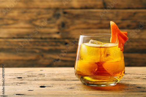 cocktail con wiskey e arancia su tavolo di legno rustico Canvas Print