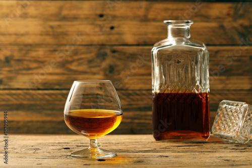 cognac o brandy bicchiere con bevanda alcolica su sfondo legno rustico Canvas Print