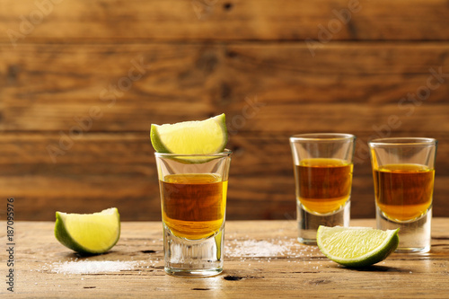 Photo  bevanda alcolica tre shot su tavolo rustico