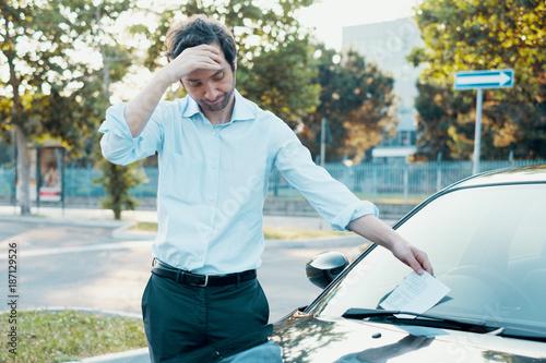 Obraz Parking violation ticket fine on windshield - fototapety do salonu