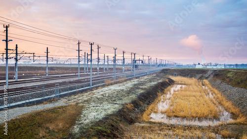 Eisenbahnlinie Wien Ostbahn mit Kraftwerk im Hintergrund