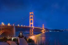 Beau Jeune Homme Avec Son Portable Au Pied Du Golden Gate
