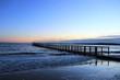 Blick auf die malerische Ostsee mit Seebrücke in der Dämmerung, Schleswig-Holstein, Deutschland