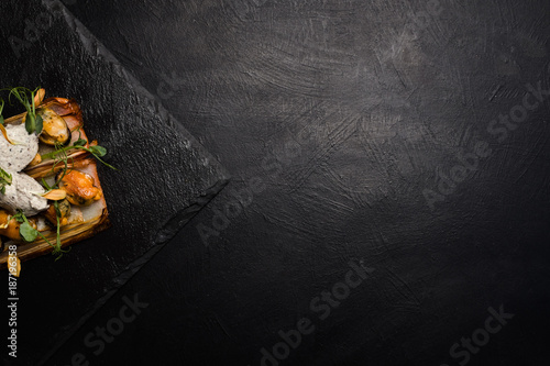Photo  restaurant gourmet food on dark background