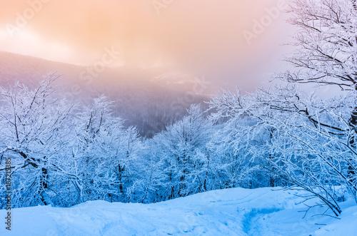 zimowe-gory-panorama-w-sniegu-zachod-slonca-bieszczady-polska