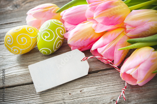 Photo  Easter eggs and tulips on wooden planks